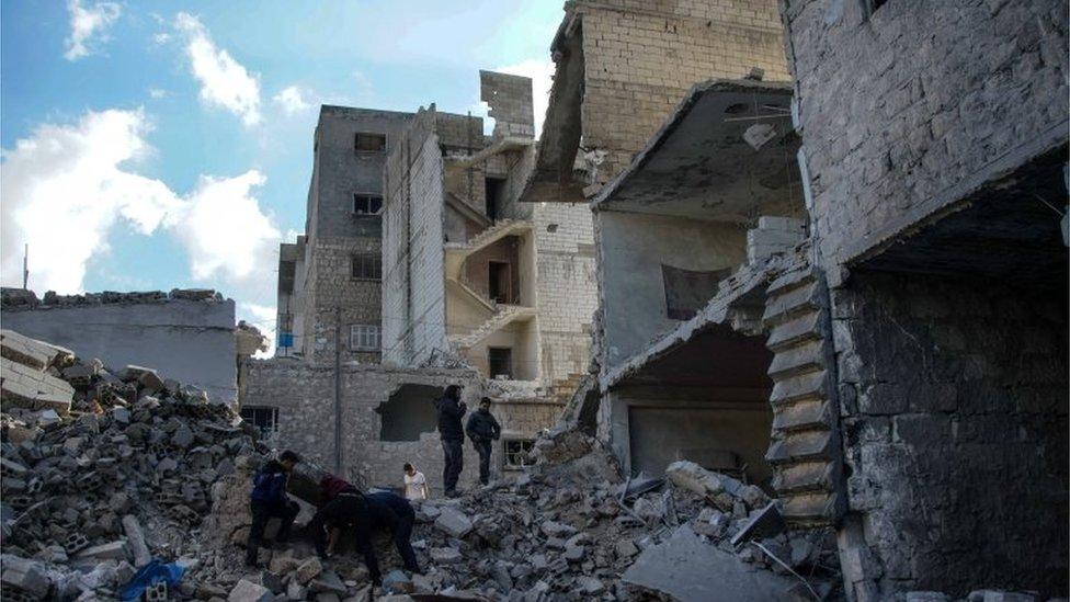 Personas inspeccionan los escombros en un centro de mercado en la localidad de Areeha, después de un ataque aéreo