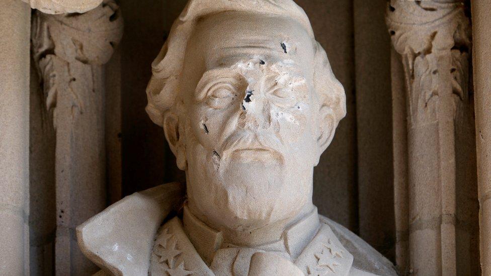 Кто и почему объявил в США войну памятникам