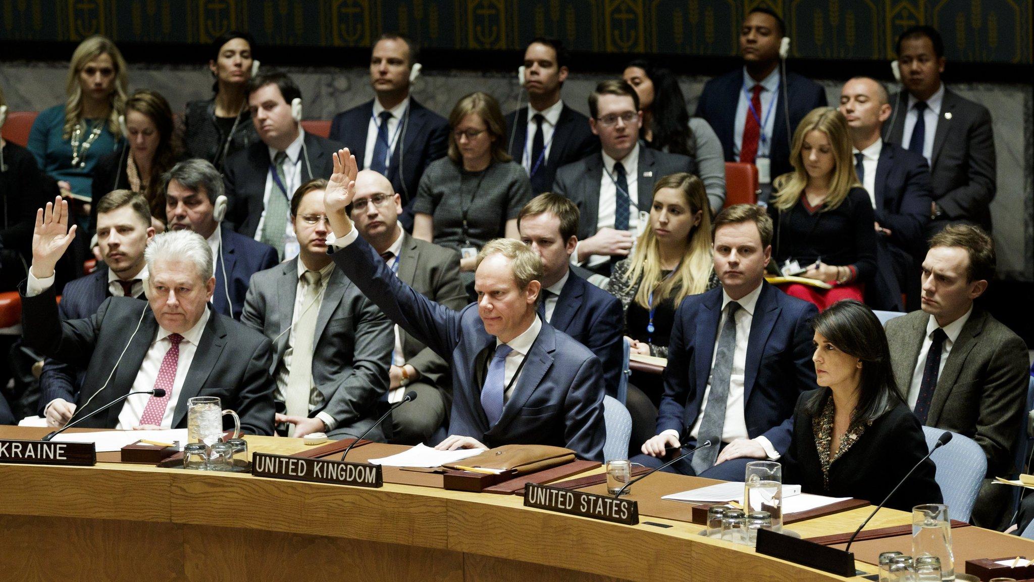Los embajadores de Ucrania y Reino Unido en Naciones Unidas votan a favor de un proyecto de resolución sobre Jerusalén en el Consejo de Seguridad de la ONU, en presencia de la embajadora estadounidense Nikki Haley.