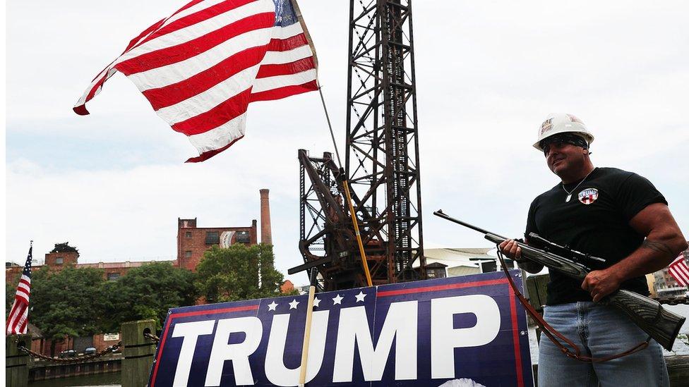 Seguidor armado de Trump.