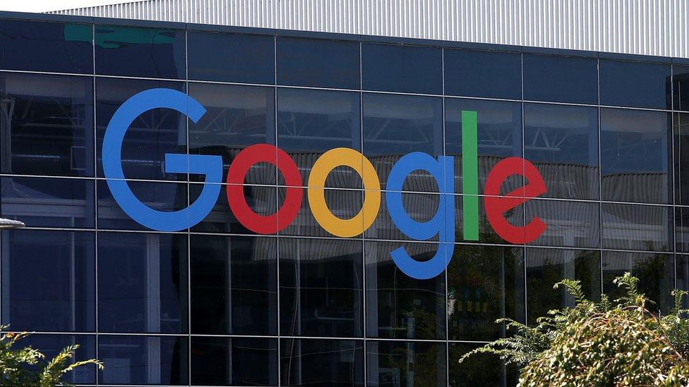 لافتة شركة غوغل في منطقة ماونت فيو بولاية كاليفورنيا