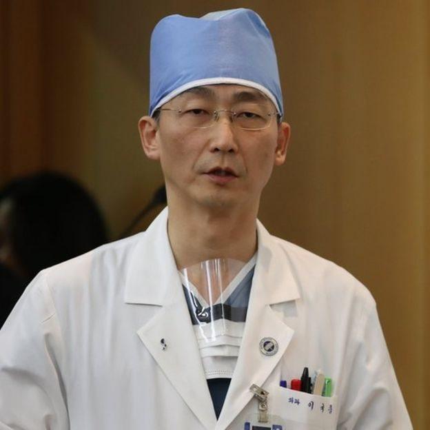 Médico Lee Cook-jong.