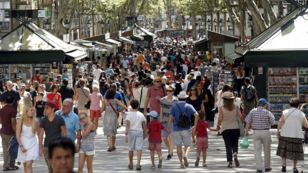 يعج لاس رامبلاس حيث وقع هجوم برشلونة بالسياح