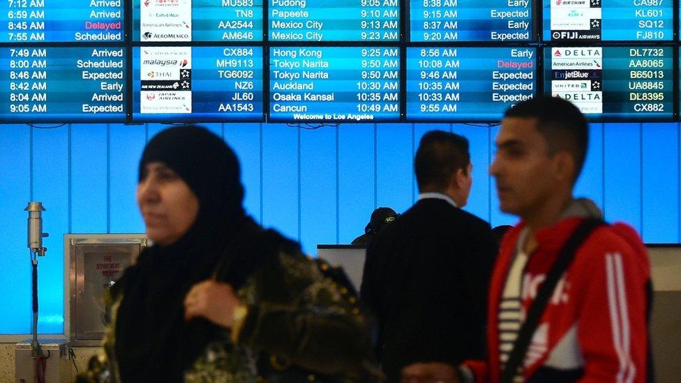 مسافرون يصلون إلى مطار لوس أنجليس