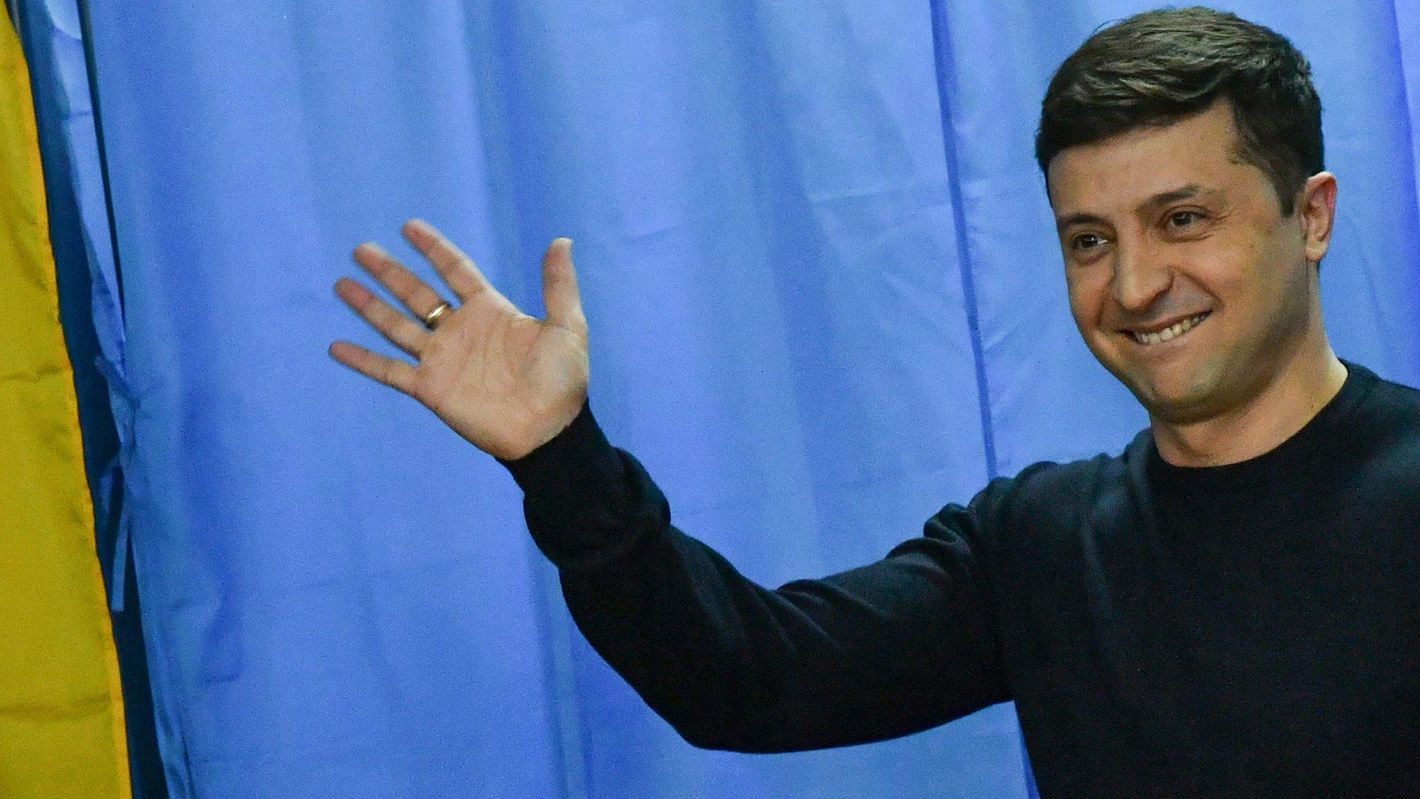 Volodymyr Zelensky: Comedian to be sworn in as Ukrainian president