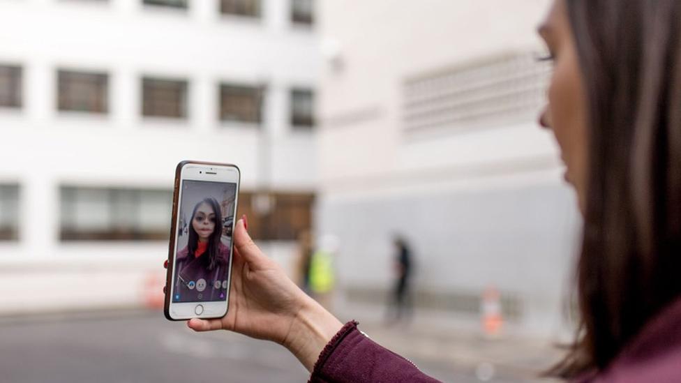 Hannah muestra cómo funciona la aplicación Snapchat