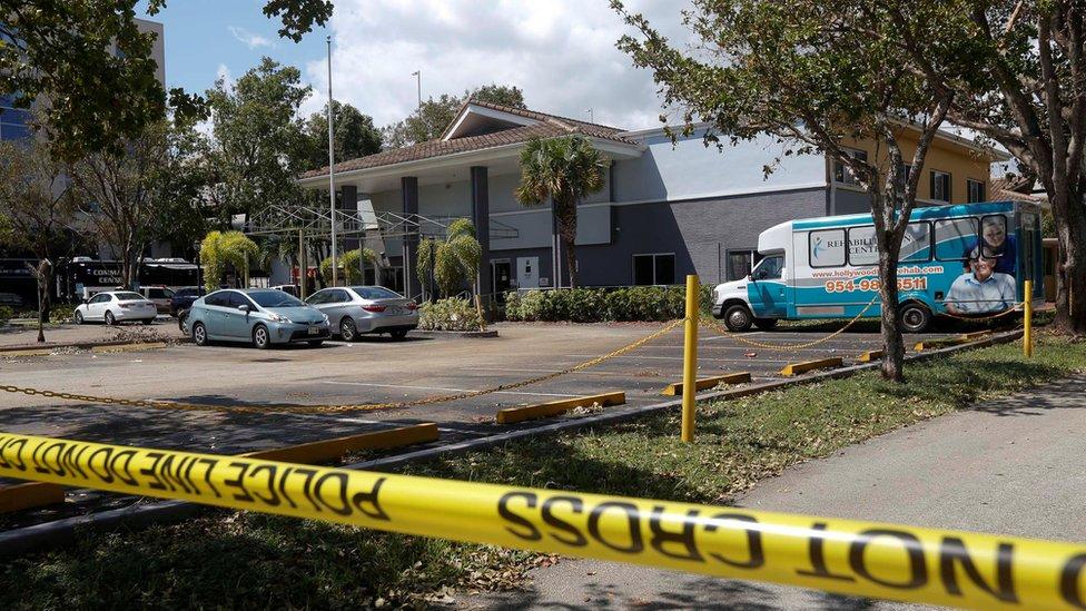 Cordón policial en torno al edificio de la residencia.