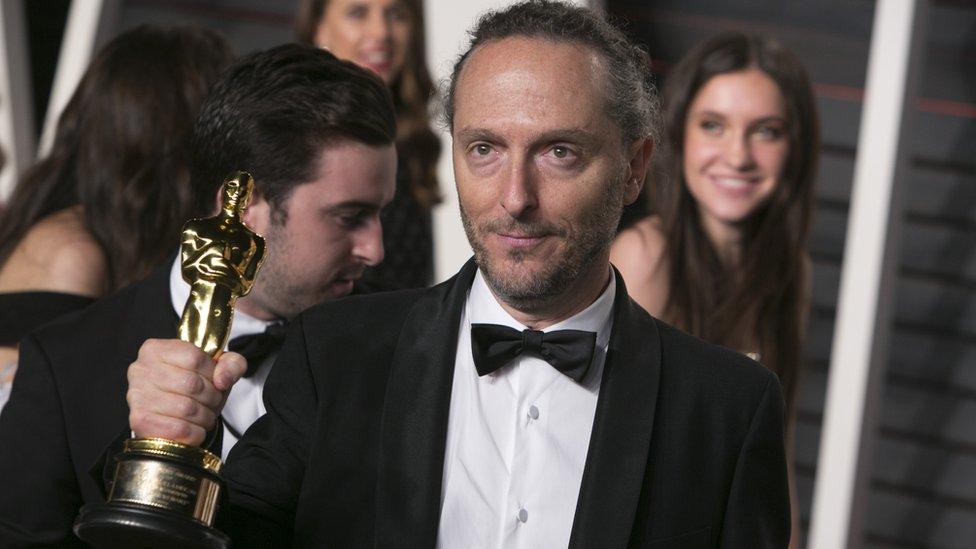 """Emmanuel Lubezki con el Oscar a mejor cinematografía por """"El renacido"""""""
