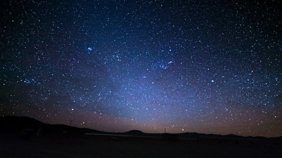 Saber lo que pasa en el universo ahora, resulta imposible por lo que demoran en llegar las noticias, por la velocidad de la luz. Solo podemos saber lo que ocurre en nuestro entorno estelar más cercano.