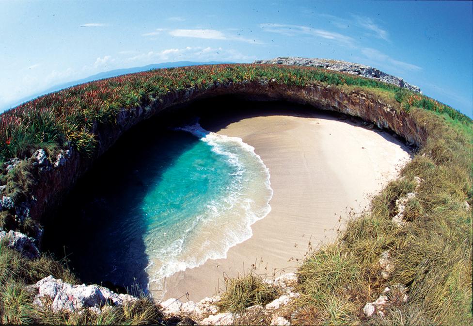 Playa Escondida o Playa del Amor en el Parque Nacional Islas Marietas de la Riviera Nayarit de México.