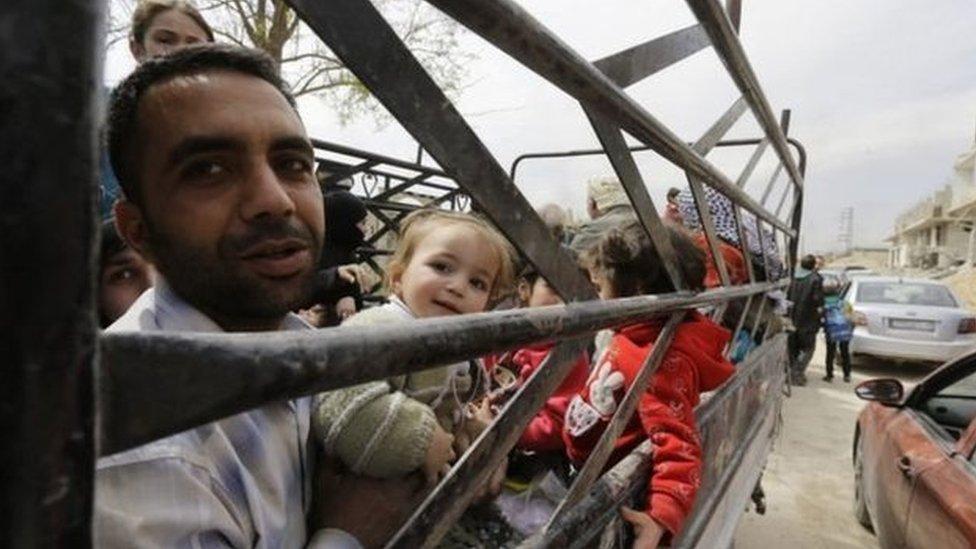 مدنيون يفرون من الغوطة