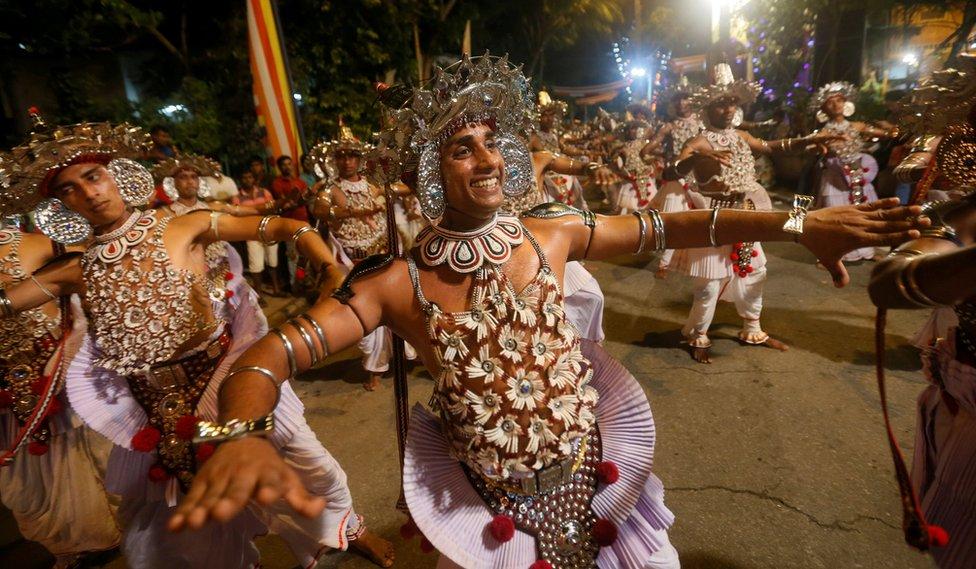 راقصون يرقصون رقصات تقليدية في عاصمة كولومبو بسيريلانكا خلال فعالية نافام بيراهيرا السنوية التي تقام في الديانة البوذية.