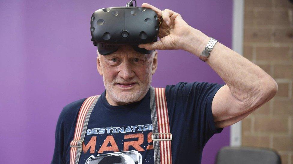 Buzz Aldrin aparece como un holograma en la película.
