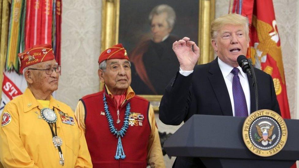 Donald Trump con miembros de la tribu Navajo en la Casa Blanca.