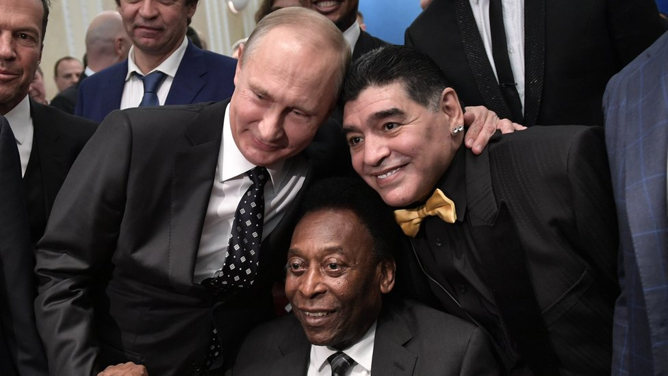 Vladimir Putin, Pelé y Maradona se saludan