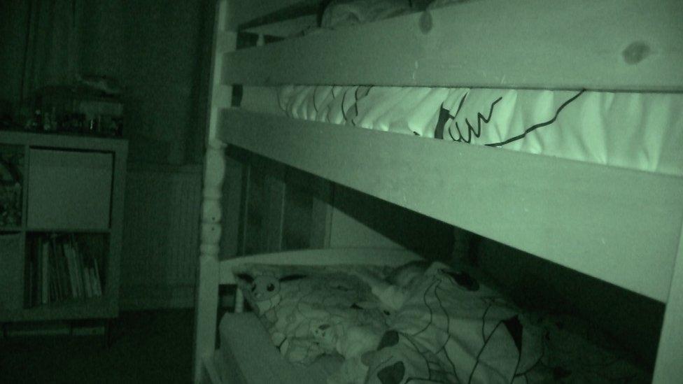 niños durmiendo en literas
