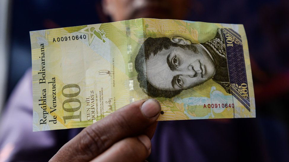 El billete de más alta de nominación en Venezuela, de 100.000 bolívares, vale menos de US$1 en el mercado paralelo, de referencia para los ciudadanos del país.
