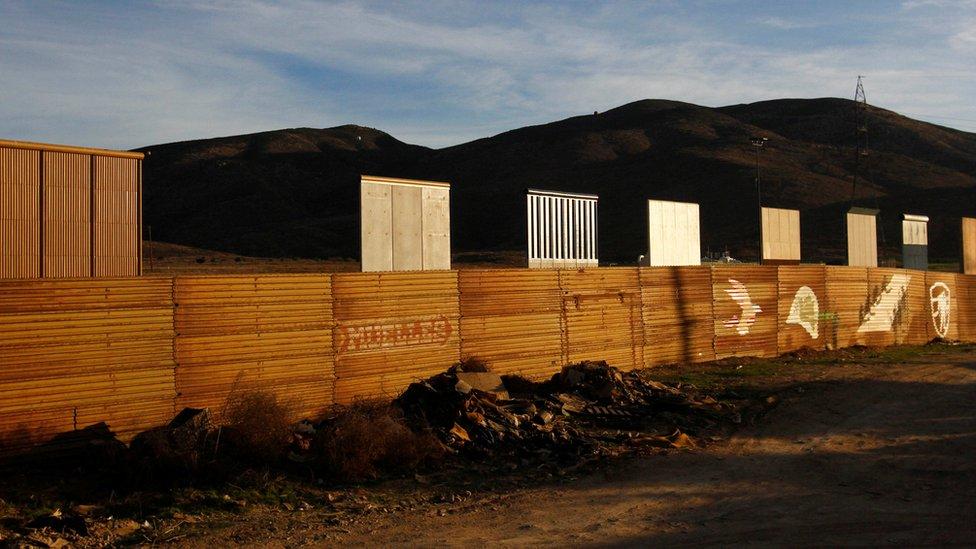 Prototipos para el muro en la frontera con México
