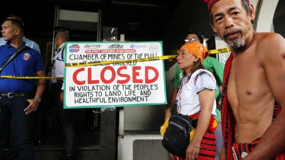 Masyarakat suku Igorot Filipina, dan para pegiat lingkungan dalam aksi anti pertambangan di kota Pasig, Filipina, awal Maret. Mereka mendukung kebijakan Duterte untuk menutup pertambangan.