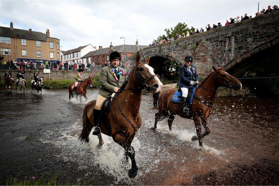 خيول وركابها يشاركون في مهرجان موسلبورغ شرقي لوثيان باسكوتلندا.