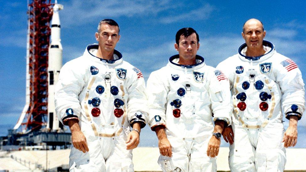 John Young con otros dos astronautas del Apolo 10