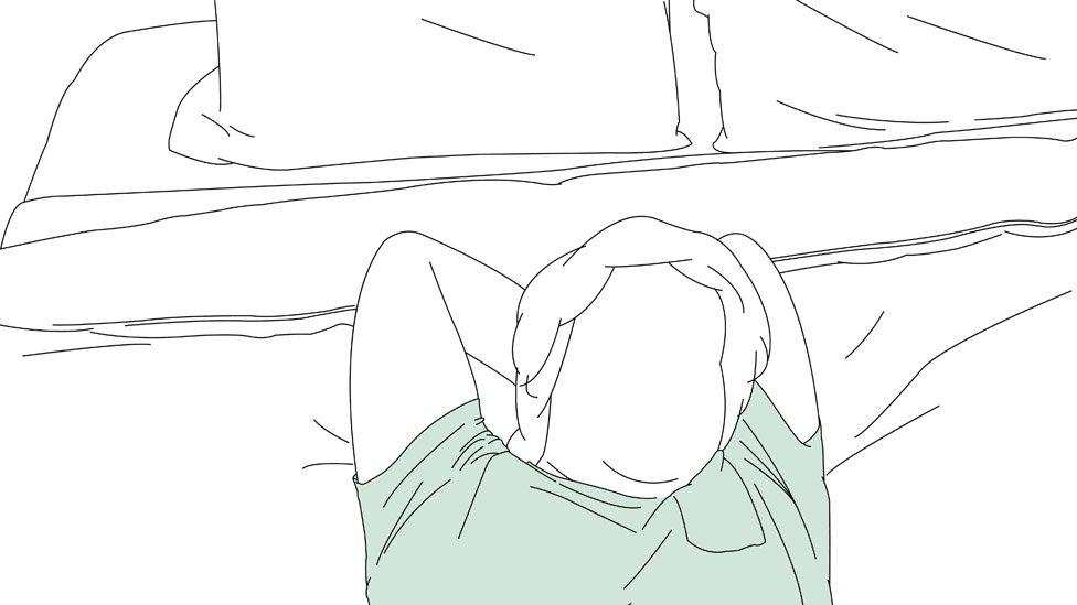 Hombre tumbado en la cama.
