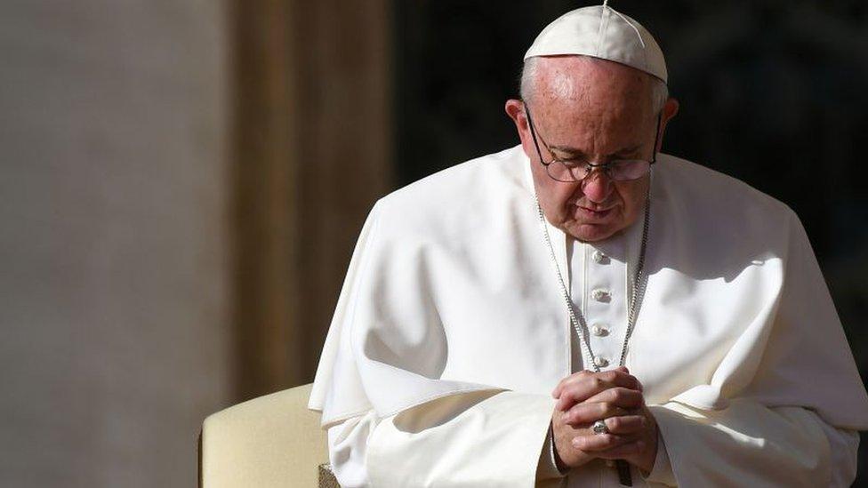 El papa Francisco en oración