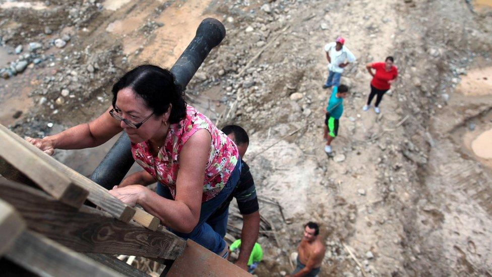 Los puertorriqueños viven en condiciones precarias tras el paso del huracán.