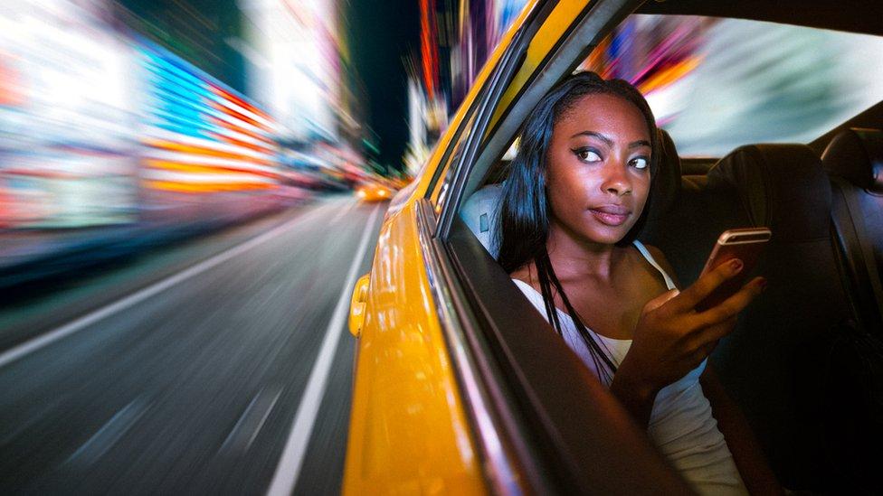 Una mujer en un taxi