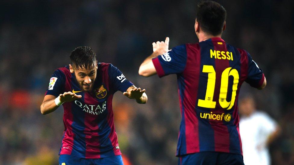 Neymar creció futbolísticamente junto a Messi, con quien ganó ocho títulos en el Barcelona.