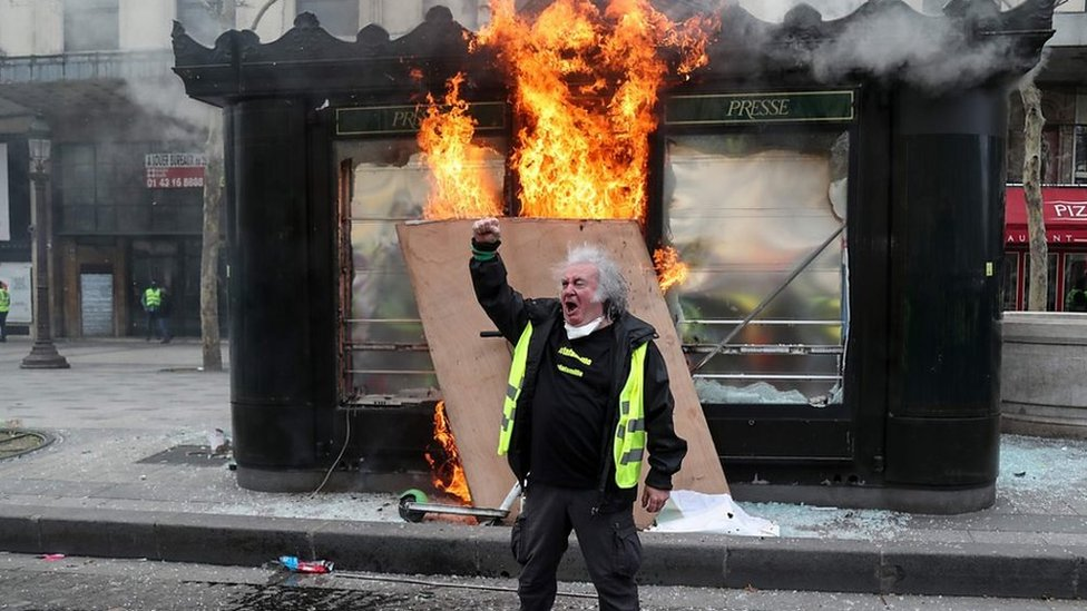 Violent 'yellow vests' protests return to Paris