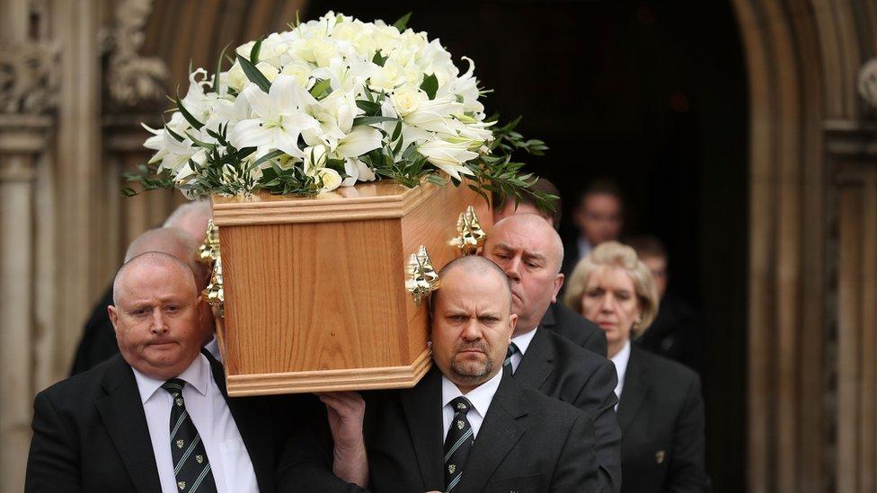 Seis hombres cargan los restos de Stephen Hawking