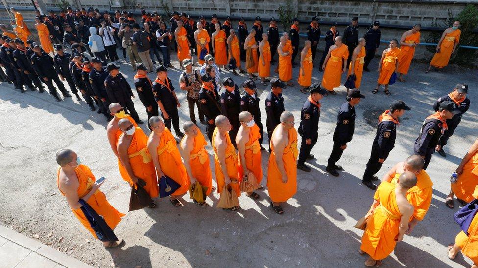 Biksu buron di Thailand belum ditemukan di dalam kuil