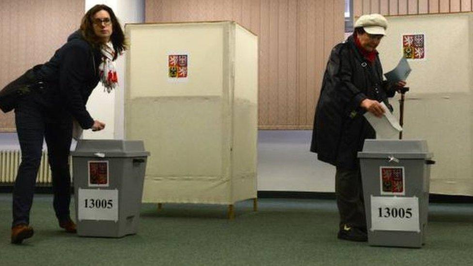 Виборці голосують на президентських виборах у Чехії