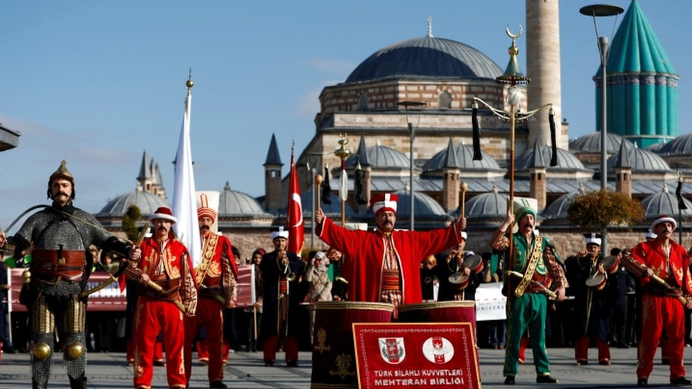 رجال في ملابش الجنود الانكشاريين العثمانيين