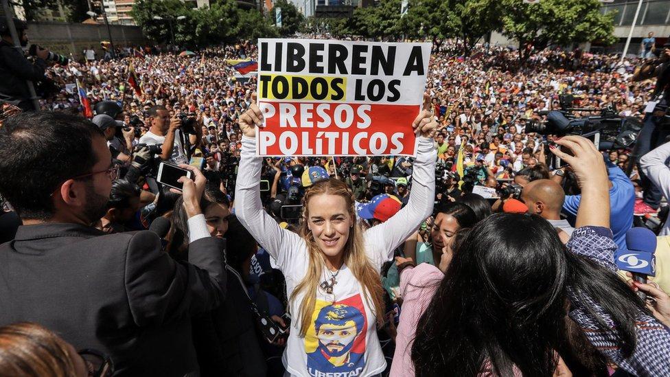 Lilian Tintori, esposa de Leopoldo López, con un cartel pidiendo la liberación de los detenidos.