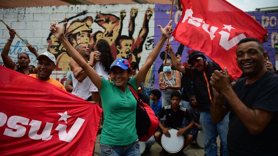 Seguidores del presidente Nicolás Maduro aparecieron en diferentes puntos de la marcha opositora hacia el oeste de la ciudad.