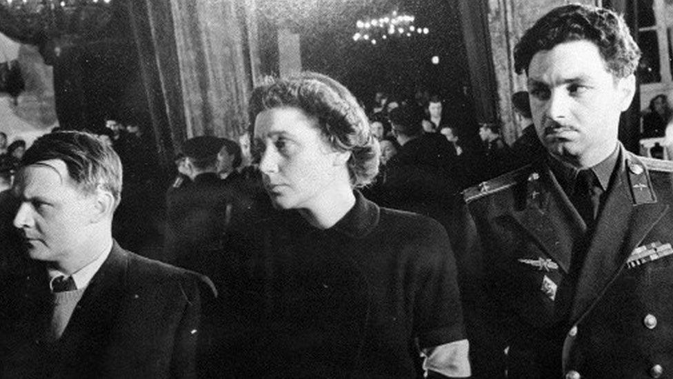 Yuri Zhdanov, segundo marido de Svetlana (izquierda), Svetlana (centro), Stepan MIkoyan, hijo de un ministro de Stalin (derecha) en el funeral de Stalin (Foto: cortesía Stepan MIkoyan)