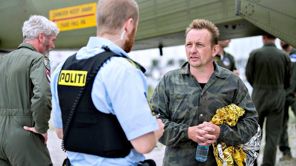 Peter Madsen (derecha) fue rescatado el viernes, pero Wall sigue desaparecida.