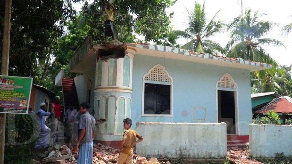 শ্রীলংকায় মুসলিমরা নিজেরাই একটি মসজিদ ধ্বংস করে দিলো
