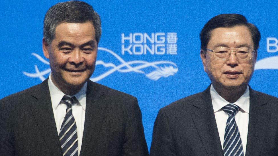 張德江(圖右)與香港特首梁振英(圖左)出席一帶一路高峰論壇開幕。