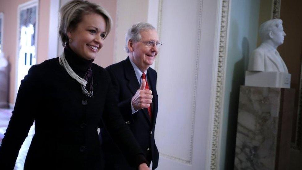 ميتش ماكونيل زعيم الجمهوريين بمجلس الشيوخ (يمين الصورة)