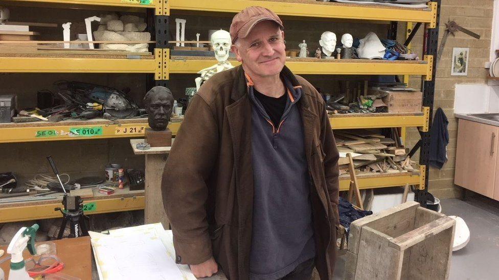 مارتن جينينغز الذي صمم التمثال