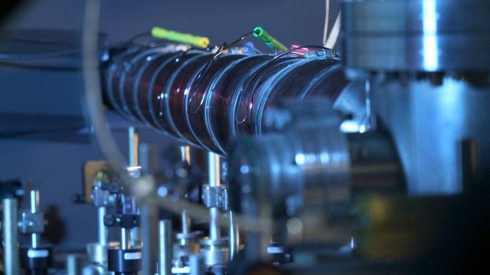 Para crear la masa negativa, los investigadores atraparon a los átomos con un rayo láser.
