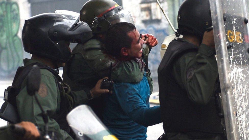 Las protestas contra el gobierno de Maduro han dejado más cien muertos y centenares de detenidos.