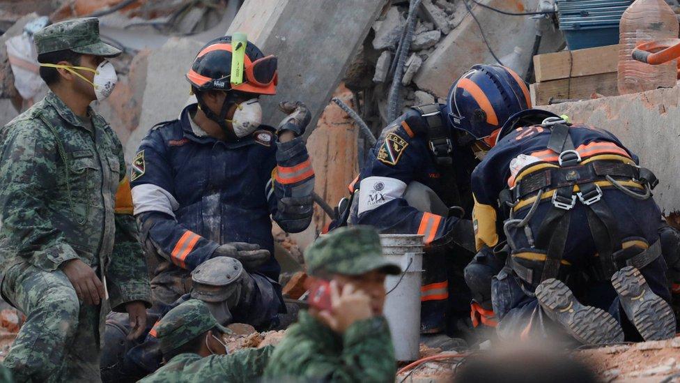 Desmienten que una niña esté bajo los escombros — Sorpresa en México