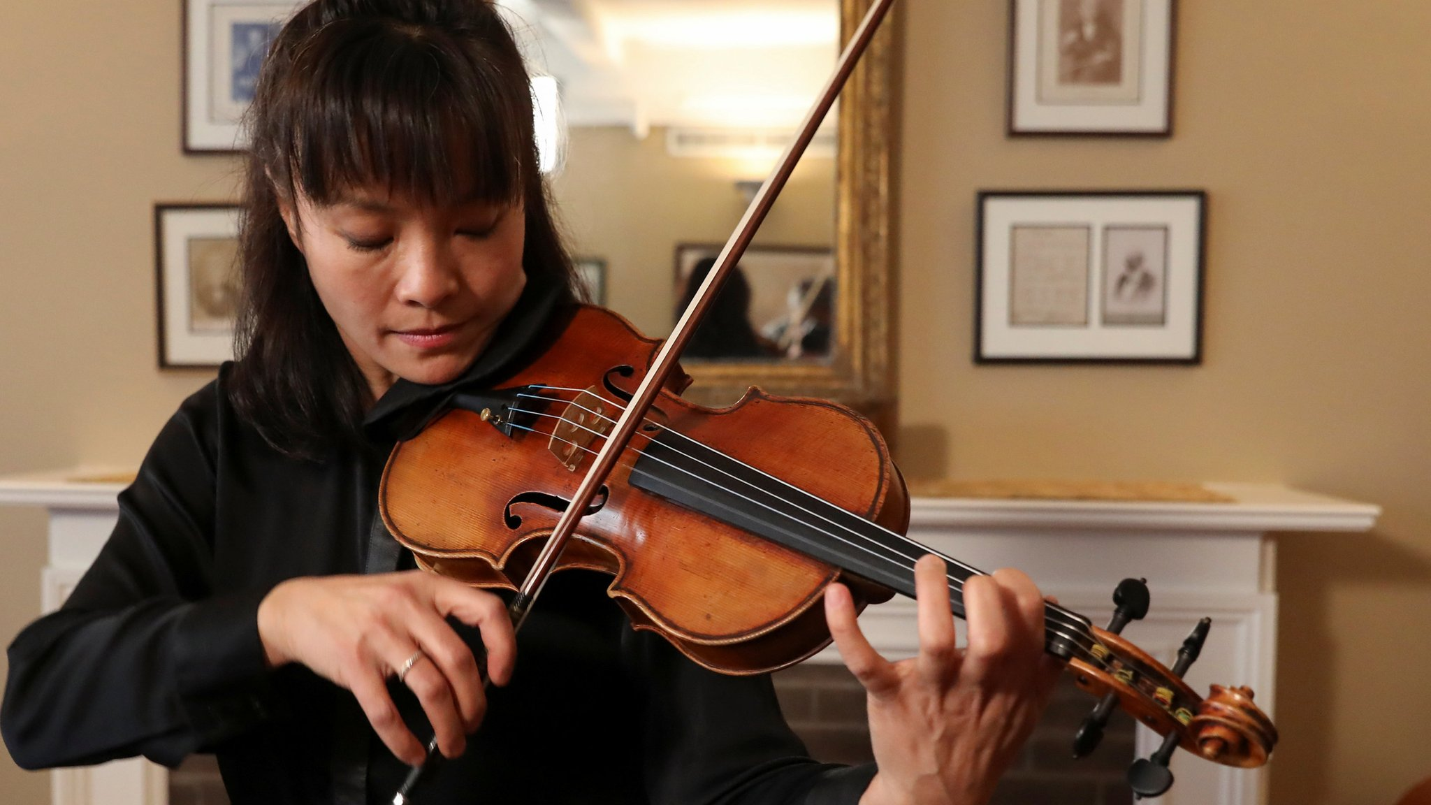 Stolen Stradivarius violin returns to the stage