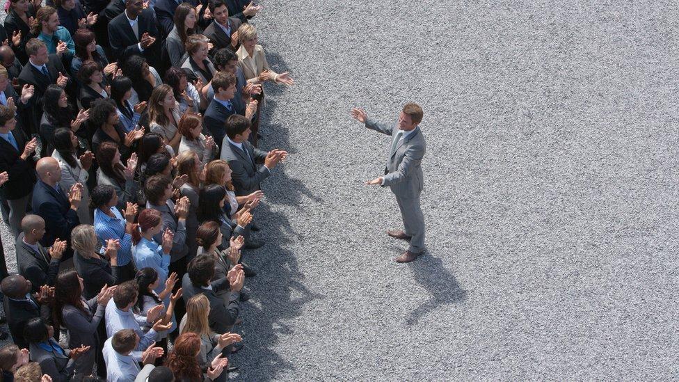 Un político habla al público.