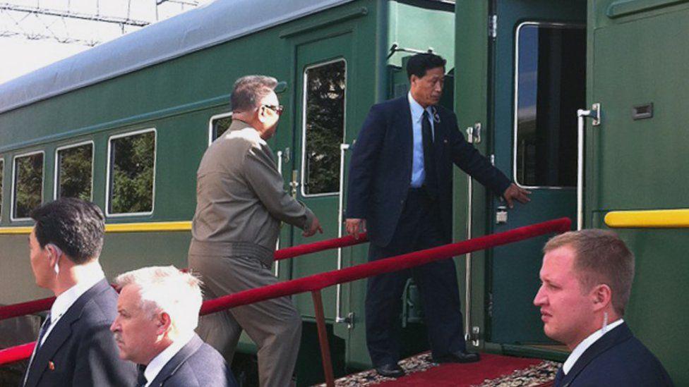 Imagen del ex líder de Corea del Norte Kim Jong-il subiendo a bordo del tren en un viaje que realizó por Rusia en 2011.