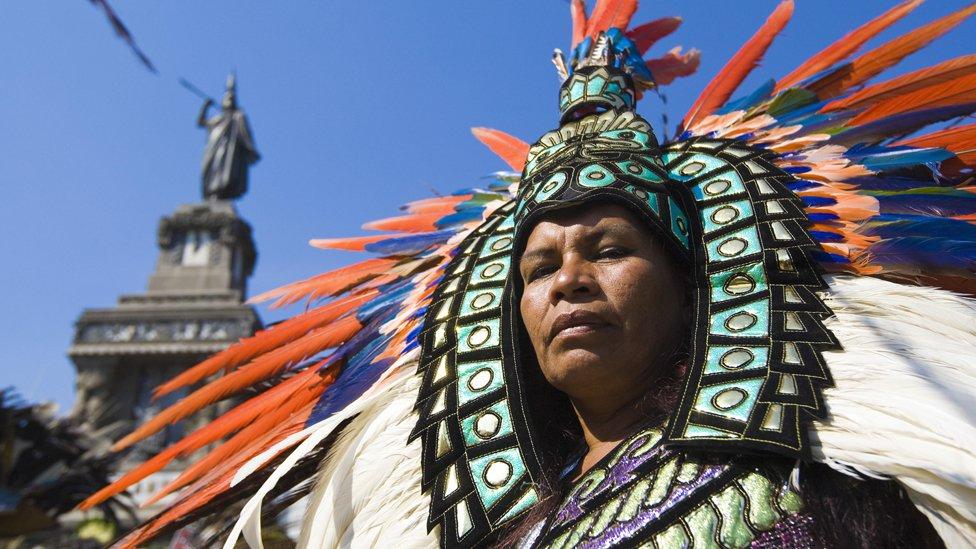 Hombre con atuendo azteca